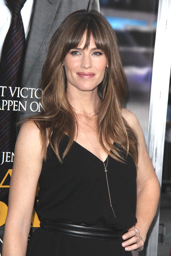 Jennifer Garner disguises her long chin perfectly with her soft waves and choppy fringe